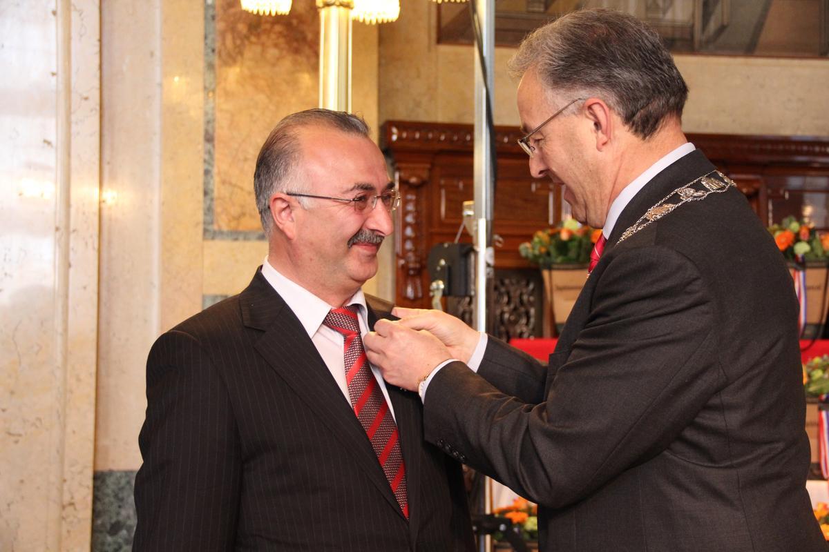 Hollanda'da 6 Türke kraliyet nişanı verildi