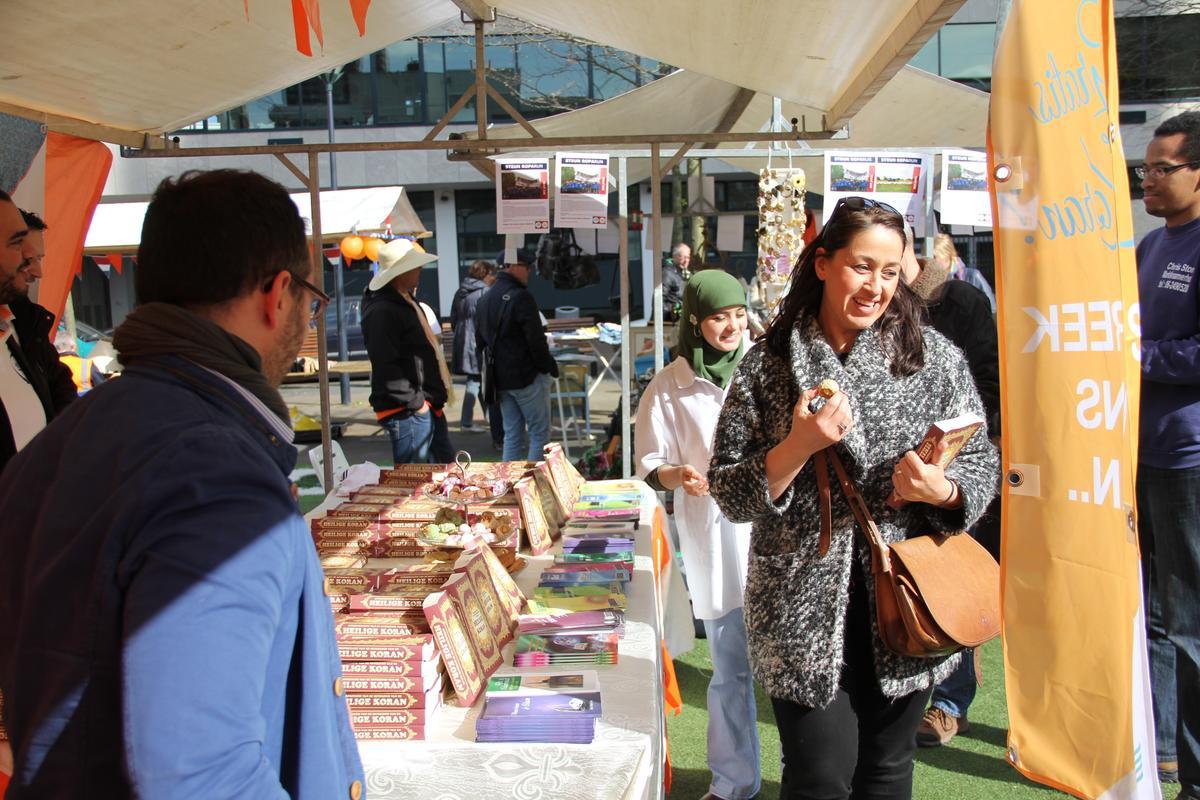 Hollanda'da Kral Günü'nde Kur'an-ı Kerim dağıtılıyor