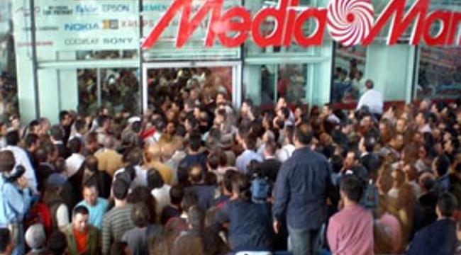 Hollanda'da mağaza açılışında izdiham birçok kişi yaralandı