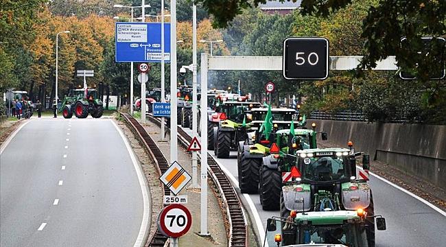 Hollanda'da çiftçiler bugün otoyol kenalarında hükümetin tarım politikasını protesto ediyor