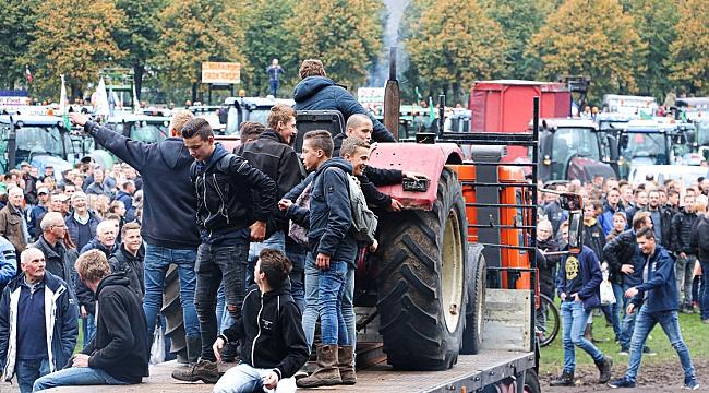 Hollanda'da öfkeli çiftçiler, traktörleriyle yeniden yollara çıkacak