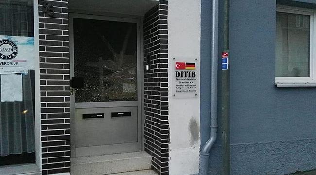Almanya'da saldırı düzenlenen caminin kapısı kırıldı