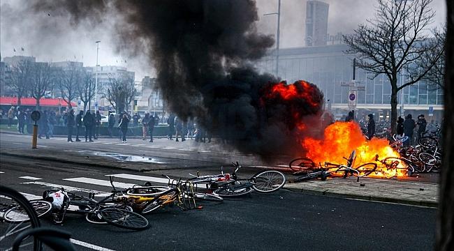 Hollanda'da çıkan olaylarda 10 polis yaralandı 184 gösterici gözaltına alındı