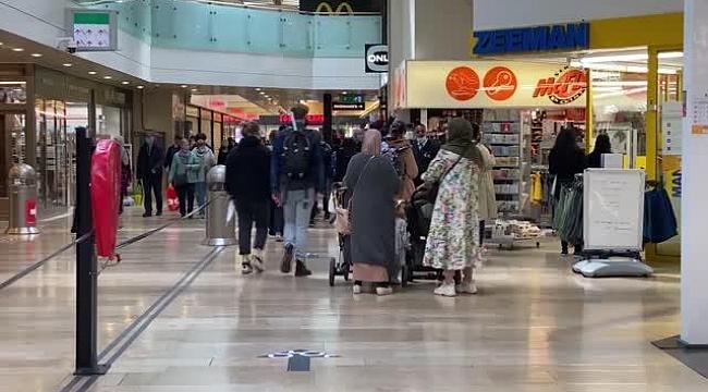 Hollanda'da mağazaların açıldığı ilk gün insanlar çarşıya akın etti