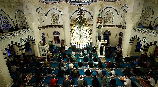 Hollanda'daki camilerde bayram namazı kılındı
