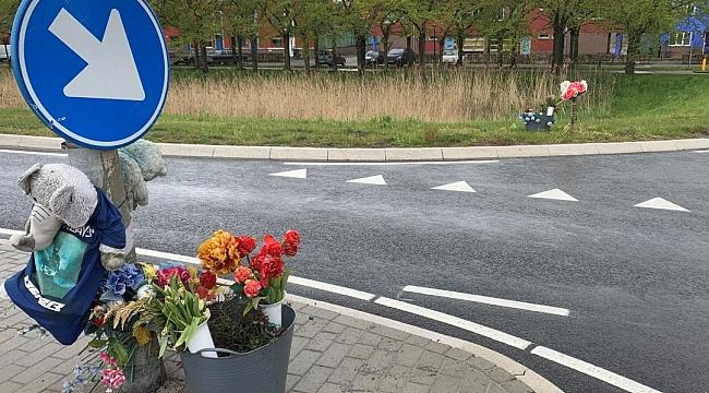 Hollandalı genç kız, sevgilisinin öldüğü yere iki yıldır her hafta taze çiçekler koyuyor
