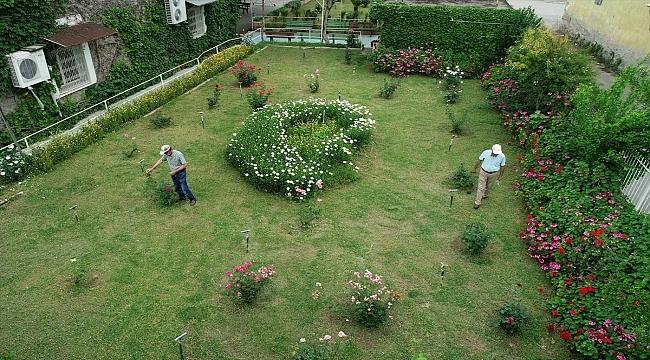 """""""Yeşil cami"""" baharda açan çiçekleri ve sarmaşıklarıyla botanik bahçesini andırıyor"""