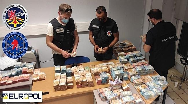 """Europol'den """"işsizlik ödeneğinde"""" 12 milyon avroluk vurgun yapan suç örgütüne operasyon"""
