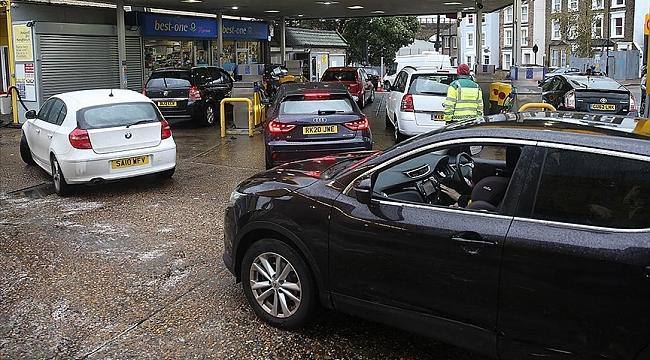 İngiltere'de benzin istasyonlarındaki akaryakıt tedarik sorunu sürüyor