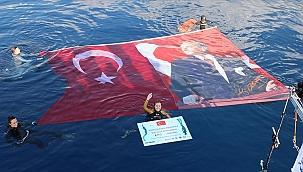 Şahika Ercümen Cumhuriyet'in 98'inci yılına ithafen 100 metreye dalarak dünya rekoru kırdı