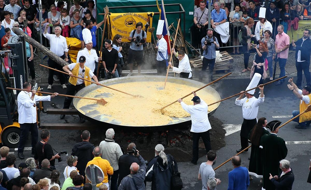 Belçikada dev omlet geleneği bozulmadı