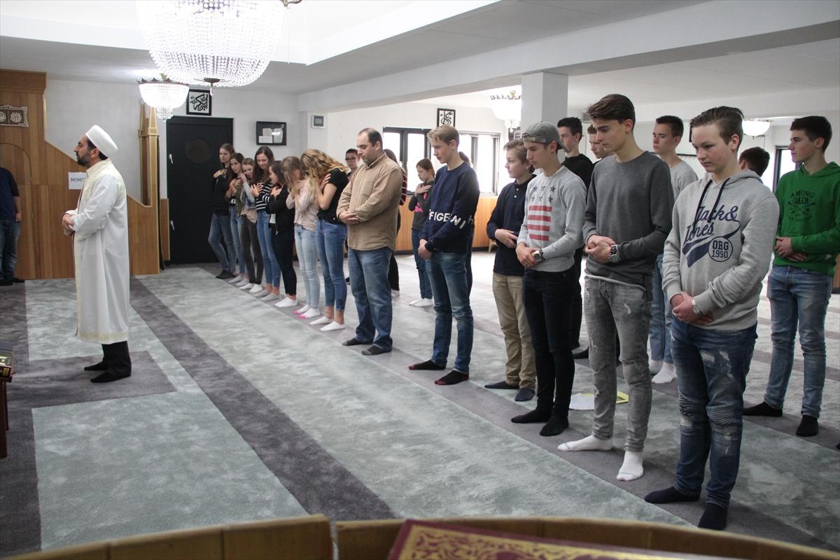 Hollandalı öğrencilerden camiye ziyaret