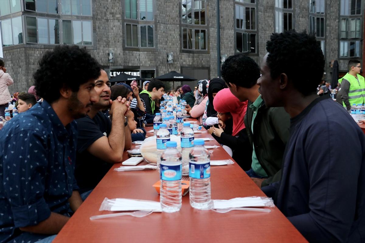 Hollandada Hollanda'da Cami Meydanında sokak iftarı