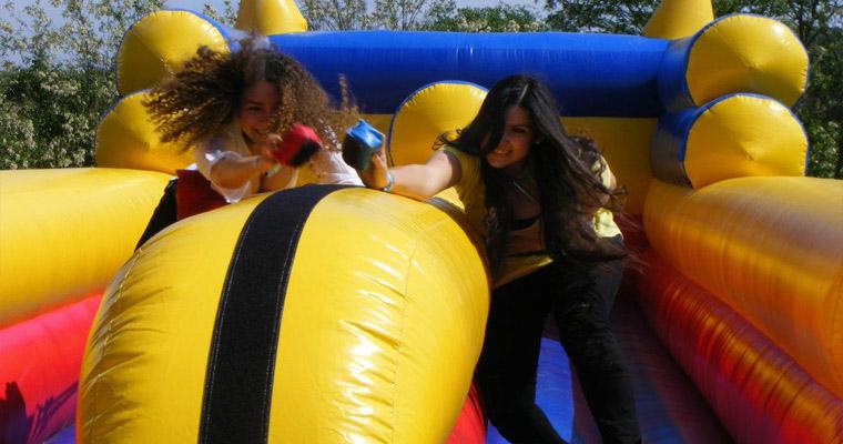 Dünyanın en büyük şişme oyun parkı Hollanda festivalinde