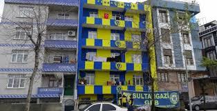 Fanatieke aanhangers hebben appartement geschilderd in de geel-blauwe kleuren