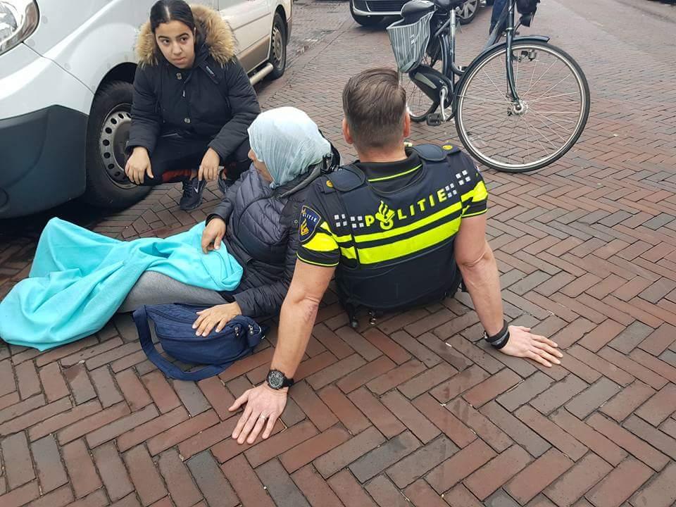 Hollanda'da kaza geçiren kadına polisin dayanak olması sosyal medyayı salladı