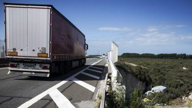 Hollanda'da hareket halindaki kamyondan düşen mülteci öldü