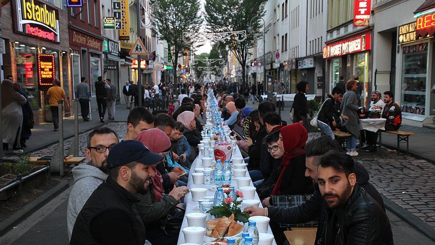 Köln'ün 13 yıl önce bombalanan caddesinde teröre karşı birlik iftarı