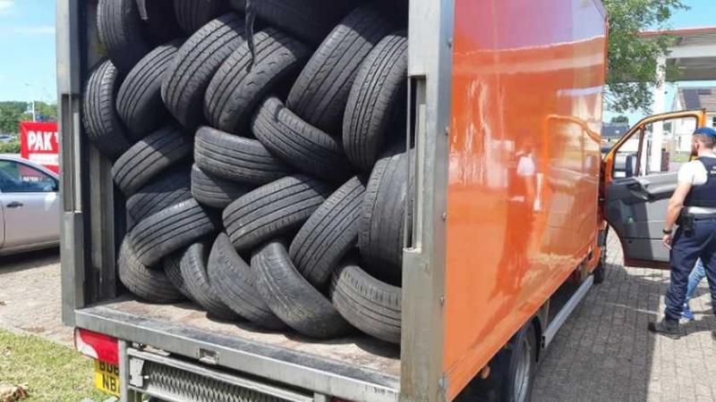 Politie en KMar vinden 18 vreemdelingen in vrachtwagen Hoek van Holland
