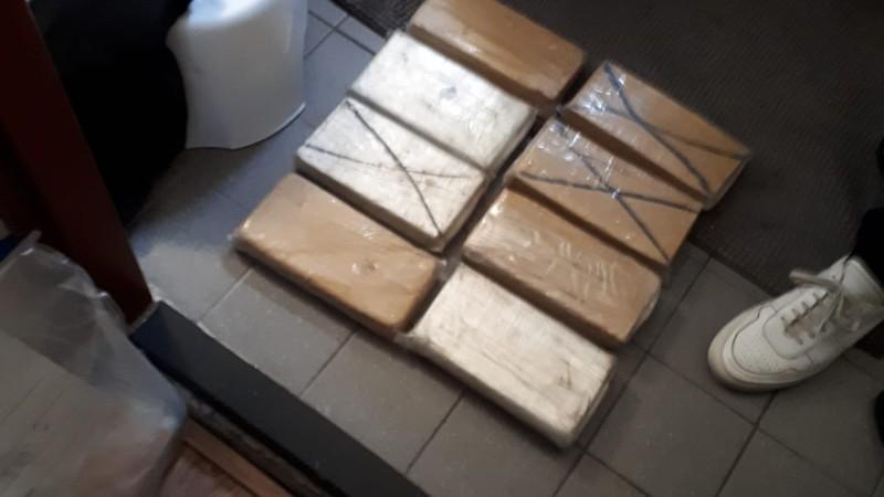 Politie vindt tientallen kilo's cocaïne en duizenden euro's in woning