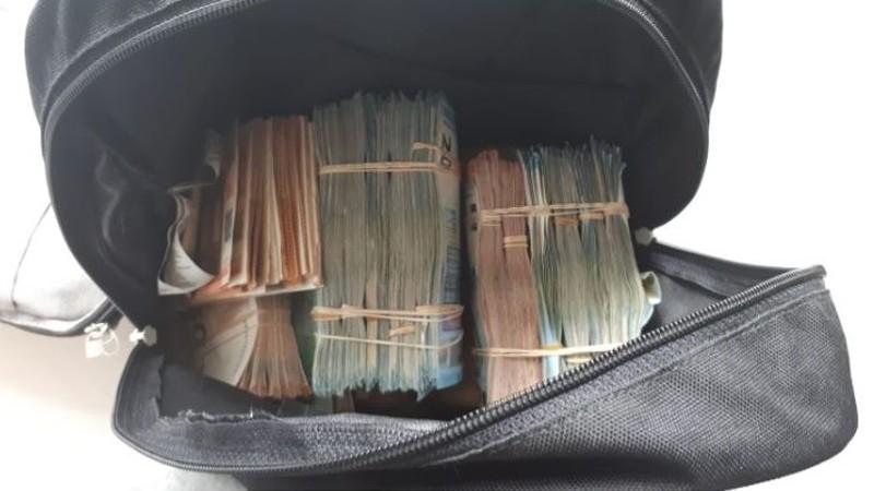 Havalimanında açılan çantadan uçuşan paralar kendini ele verdi