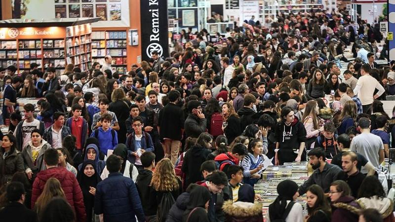 Waar gaat deze mensenmassa heen. Waar zijn deze beelden van, van welk land?