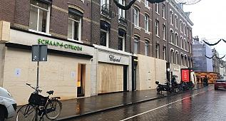 Amsterdam'da mağazalar yağmalamaya karşı tahta plaka ve beton bloklarla önlem alıyor